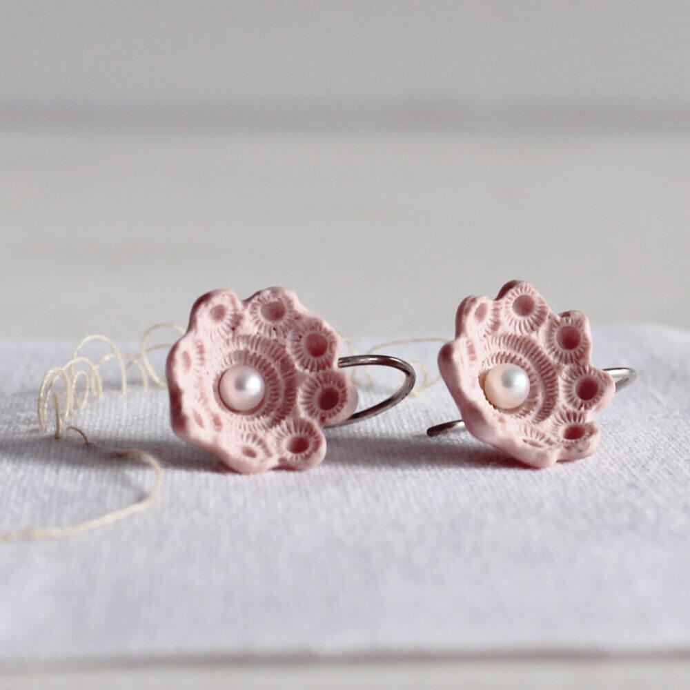 Storytelling Design   Hester Zagt   Oorbellen   Zeeuws knopje   Roze   Porselein   Parel